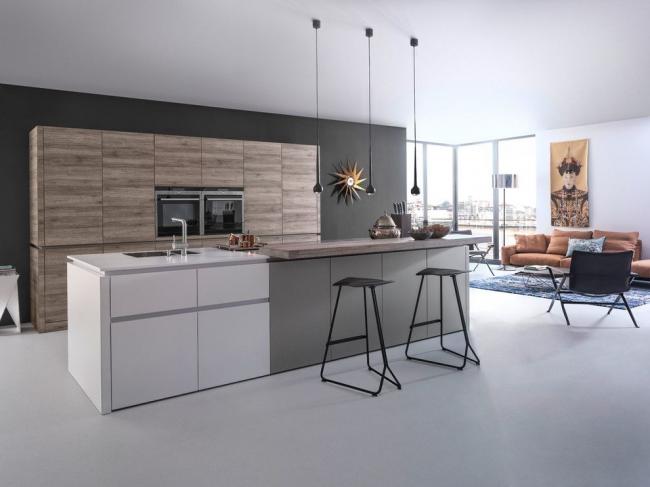Новомодная кухня-студия с нейтральным фоном и лаконичными мебельными модулями
