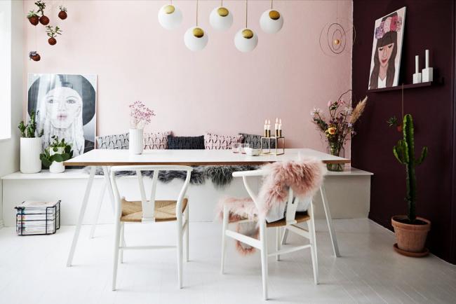 Романтическая цветовая палитра в отделке домашнего кабинета