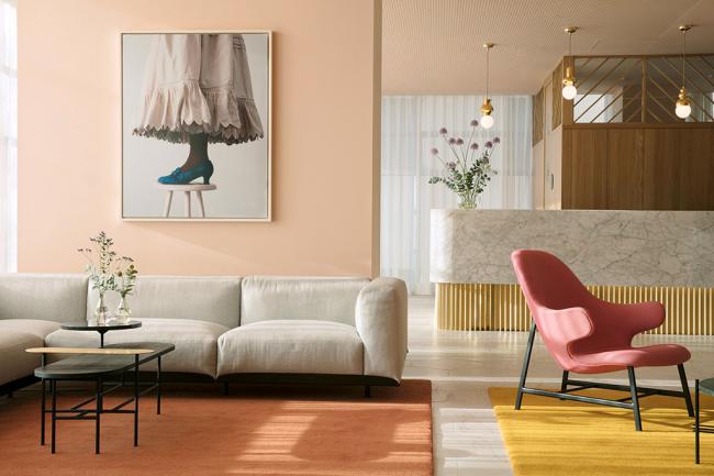 Гостиная в ретро стиле с мягким цветовым оформлением