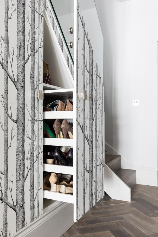 Выдвижная секция для обуви, размещенная под лестницей, отличный вариант для экономии пространства