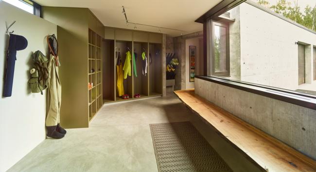 Достаточно вместительная модульная конструкция в дизайне прихожей частного дома