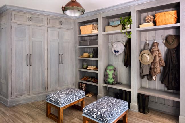 Очень уютная прихожая в стиле рустик со шкафами из натурального древесного массива
