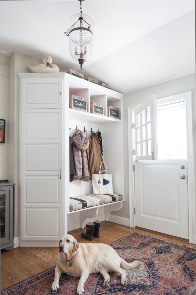 Очень элегантный угловой шкаф из натурального древесного массива в небольшой прихожей вместит ваши вещи и все необходимые в хозяйстве мелочи