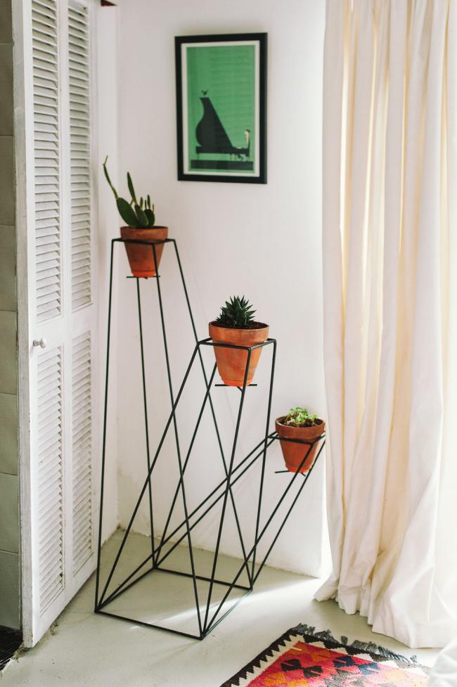 Необычная полочка для домашних цветов украсит интерьер