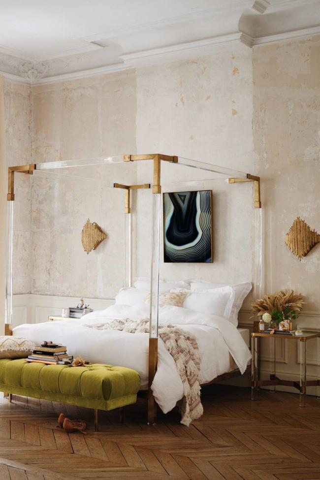 Стильный элемент мебели в современной спальне