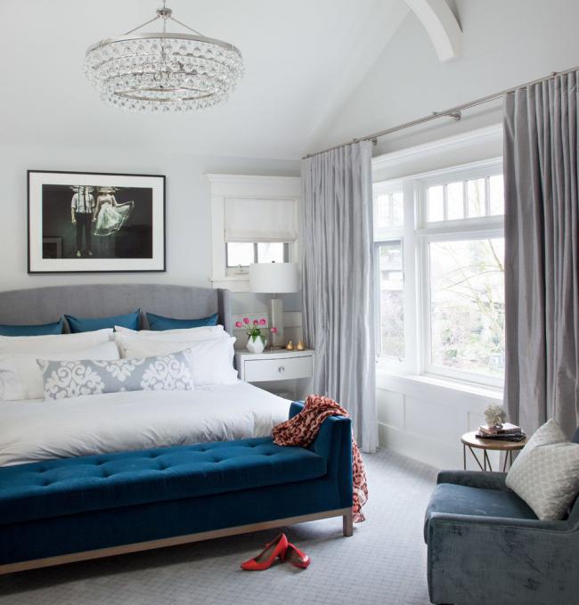 Скамья у изножья кровати с бархатной темно-синей обивкой для спальни в современном стиле