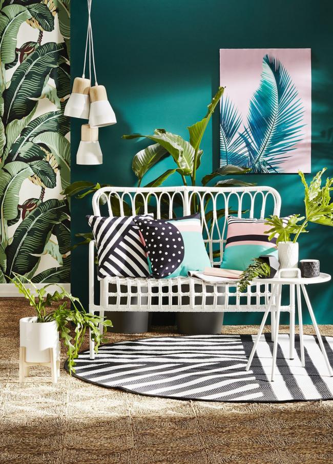 Интерьер гостиной разнообразит мебель из ротанга, окрашенная в белый цвет