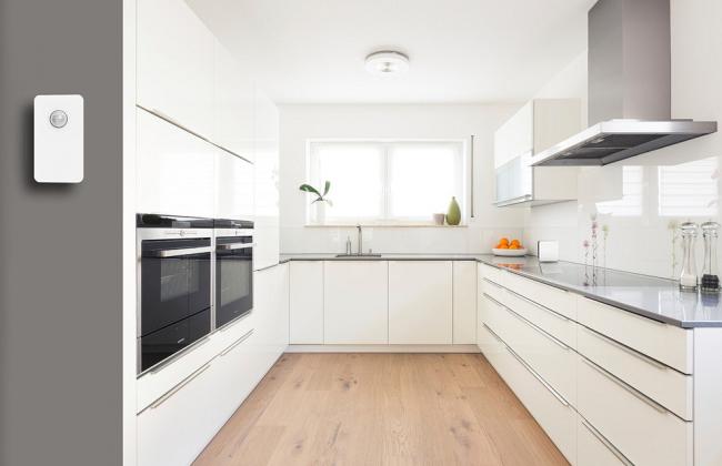 Настенный датчик движения, установленный на входе в кухню
