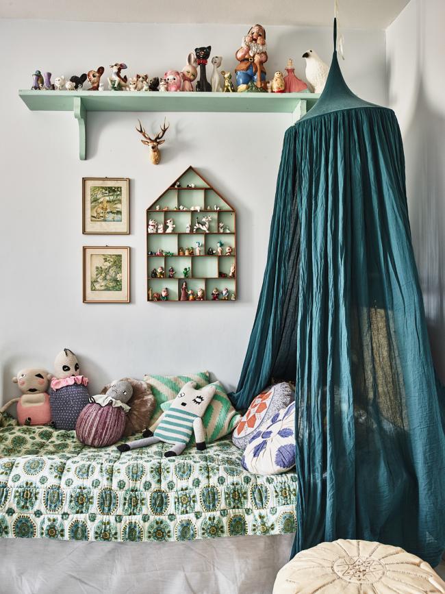 Детская комната для девочки, оформленная в холодных тонах