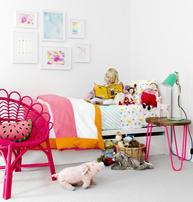 Неоновая оригинальная пластиковая мебель в комнате для девочки