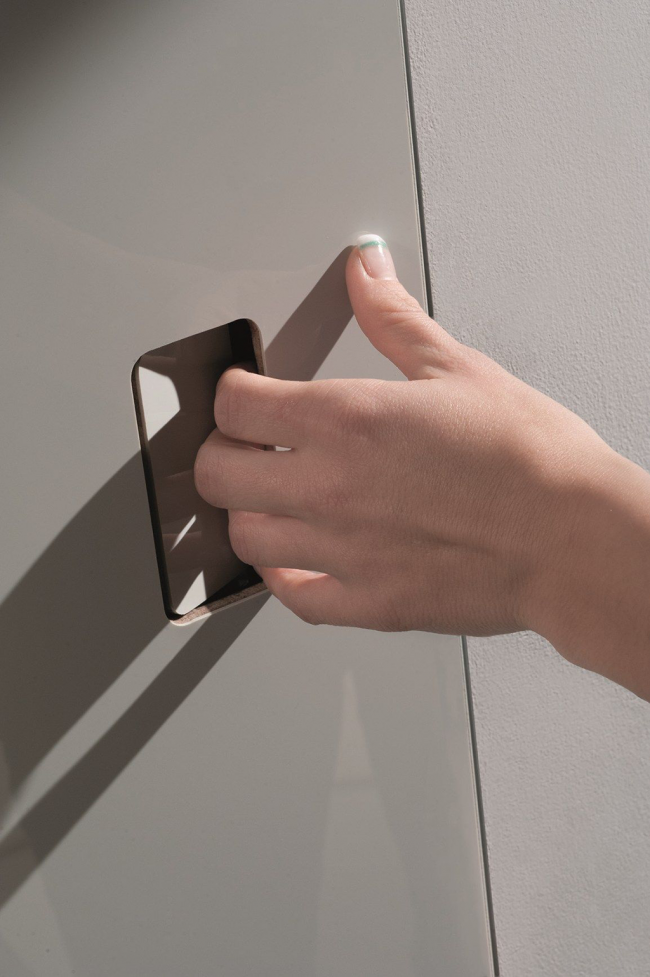 Современное решение дверной фурнитуры без использования наружных предметов