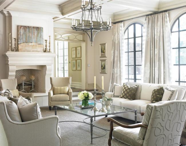 Занавески или шторы на окнах зачастую также светлые и невесомые