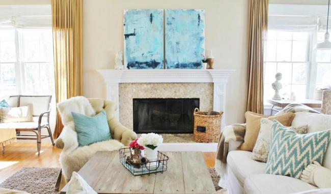 Хаотично расставленная мебель характеризует свободный и легкий стиль