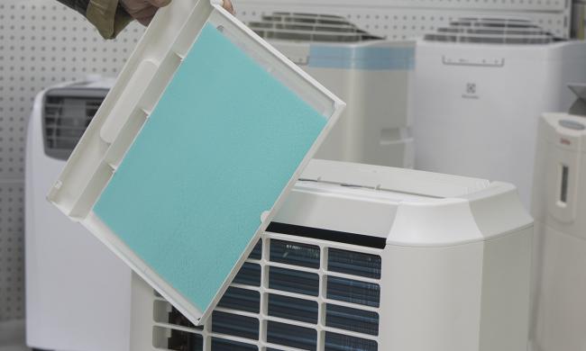 Регулярная чистка сетки в кондиционере с воздуховодом поможет прослужить дольше