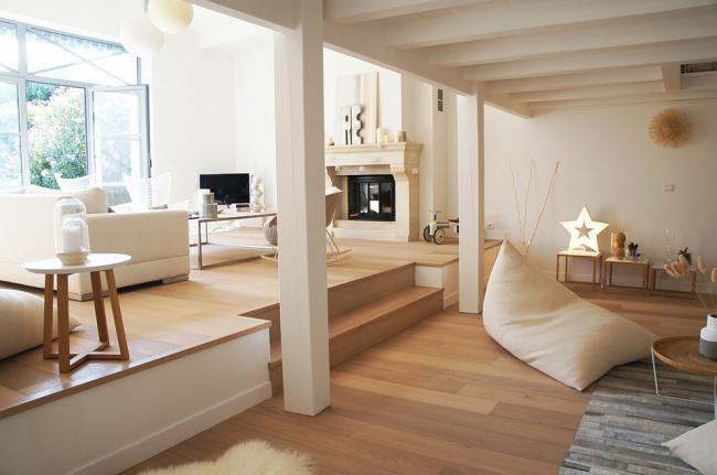 Панорамная уютная комната со светлым ламинатом