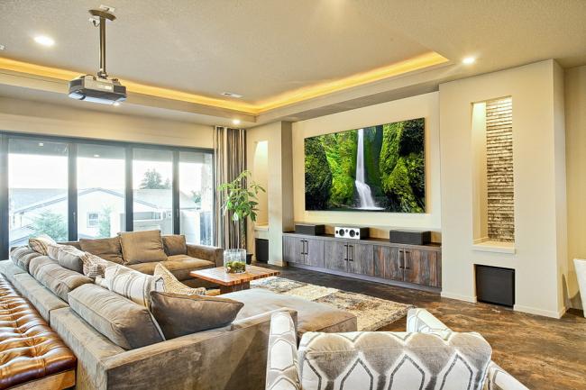 Гостиная с домашним кинотеатром и проектором