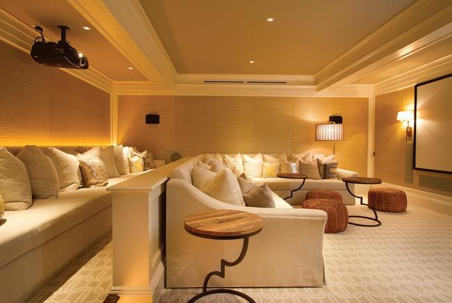 Домашний кинотеатр с просторными диванами