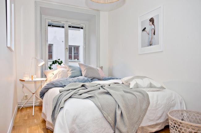 Спальня 12 кв. метров в белом цвете с большим окном