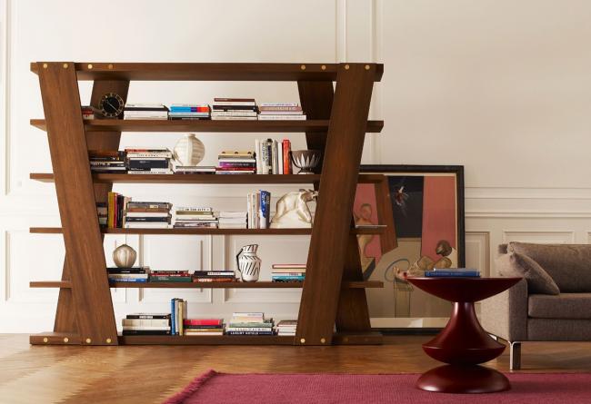 Интересная модель с широкими деревянными элементами