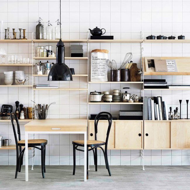 Стеллаж будет органичен и в кухонном пространстве