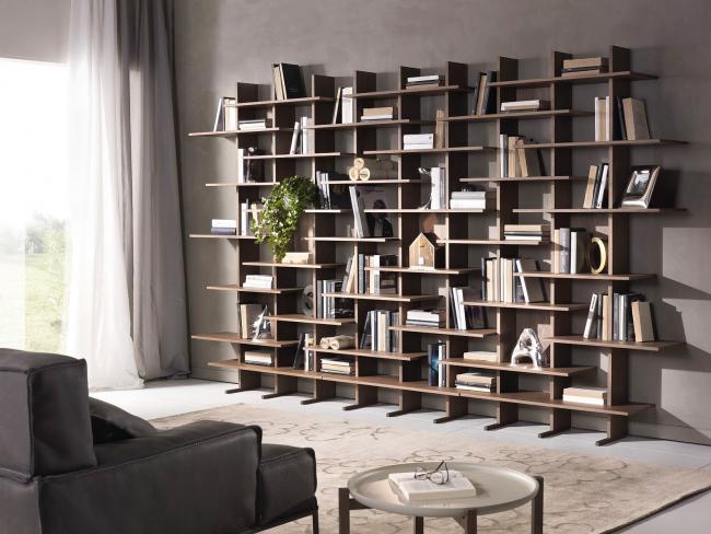 Современные стеллажи позволяют рационально использовать пространство комнаты