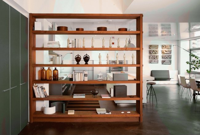 Широкие стеллажи хорошо смотрятся в просторных помещениях
