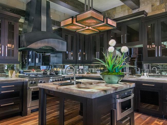 Отличное дизайнерское решение - декорирование кухонного пространства с помощью зеркал
