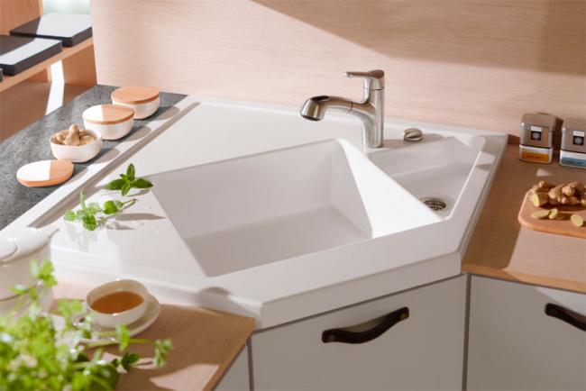 Угловая мойка поможет вам с толком использовать угловое пространство на вашей кухне