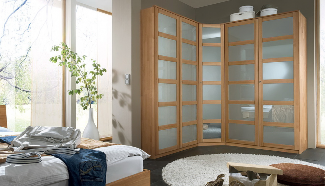 Стильный шкаф со стеклянными фасадами