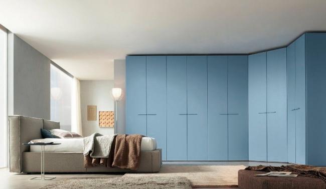 Корпусный угловой шкаф в современной спальне