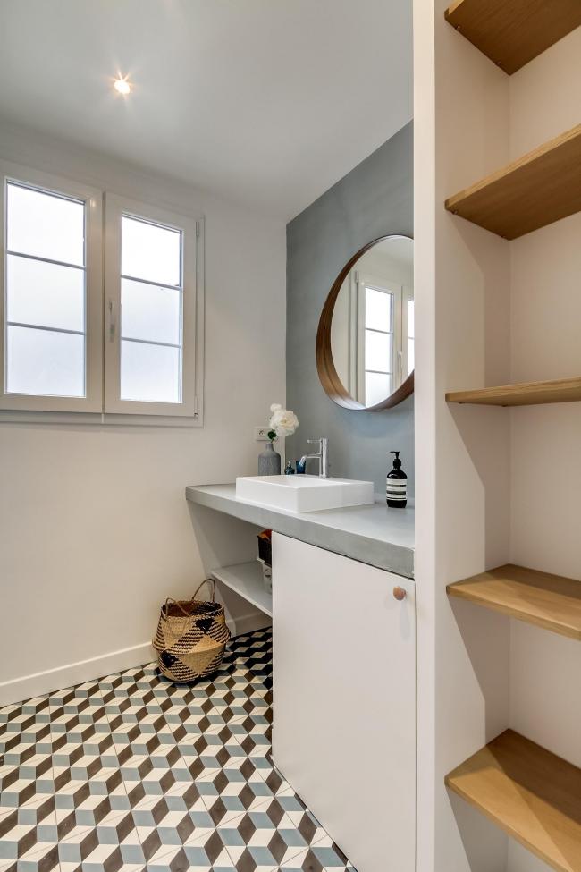При желании разбавить однотонность ванной можно использовать разноцветную неяркую плитку