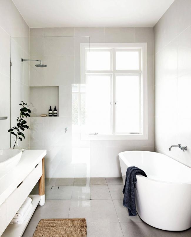 Прямоугольный джутовый коврик сочетается с деревянными элементами ванной и приятен для ног