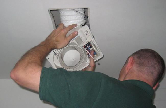 Вентиляцию необходимо располагать максимально высоко под потолком или непосредственно на нем