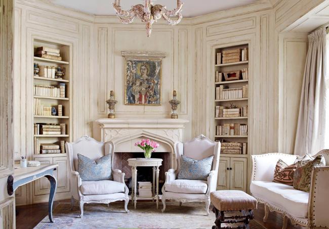 Мебель может быть как антиквариатом, так и совершенно новой, но сделанной «под старину»