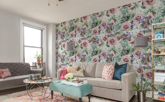 Цветочный принт в пастельных тонах на стенах дополнит романтический интерьер