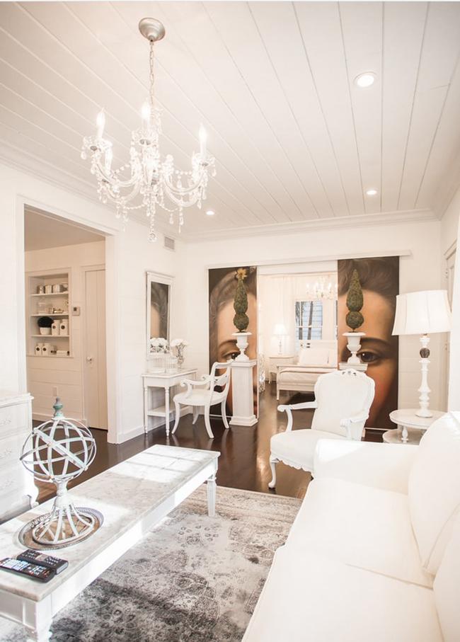 В небольшой комнате обилие декоративных деталей можно заменить акцентом на мебель