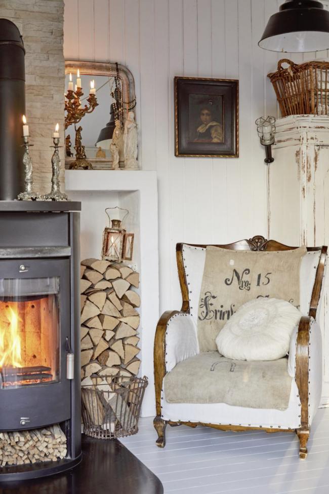 Уголок с камином для релаксации, оформленный в романтическом стиле