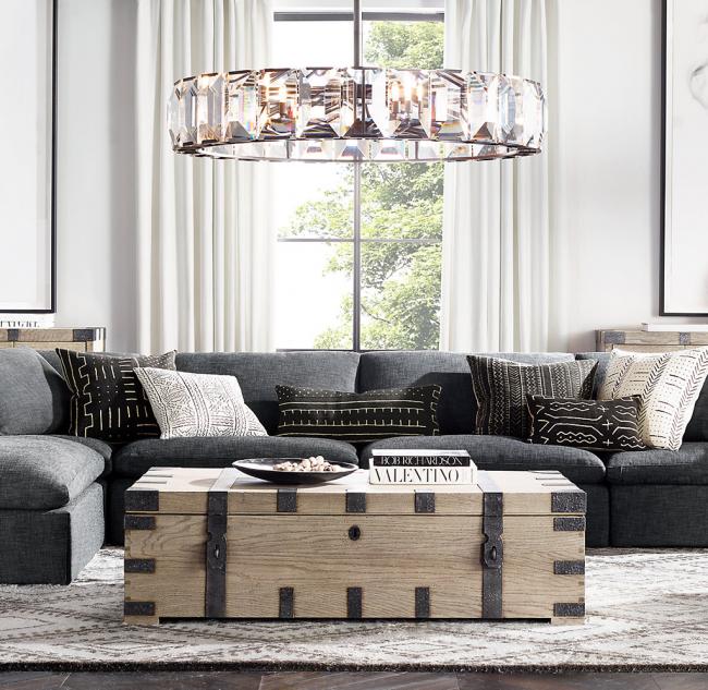 Светильник из хрусталя способен создать в комнате неповторимую атмосферу изысканности и богемной роскоши