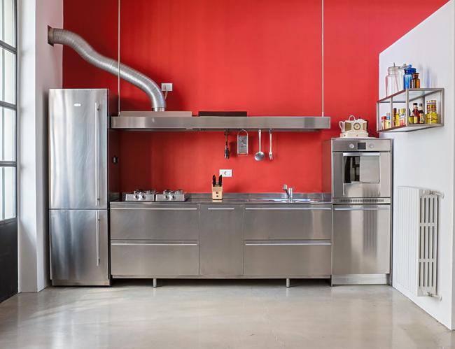 Весь кухонный гарнитур, включая мойку, выполнен из нержавеющей стали