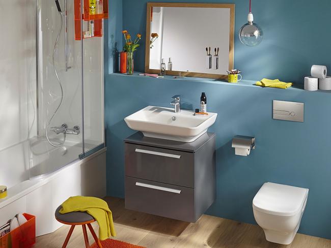 Яркая ванная комната с подвесным унитазом