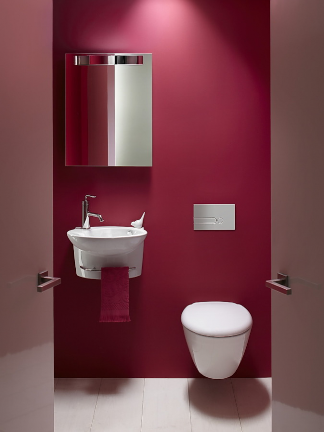 Небольшая малиновая ванная комната