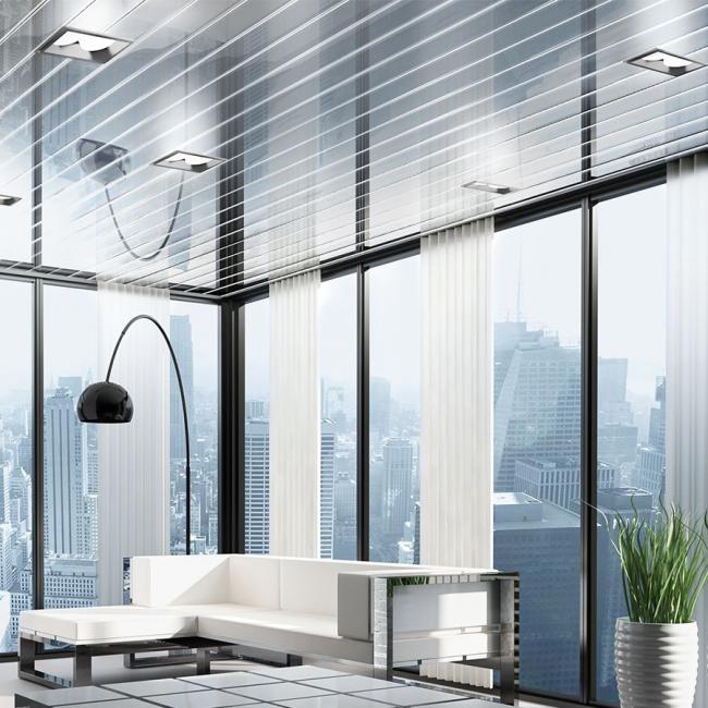 Зеркальная поверхность потолка делает интерьер более просторным, светлым и торжественным