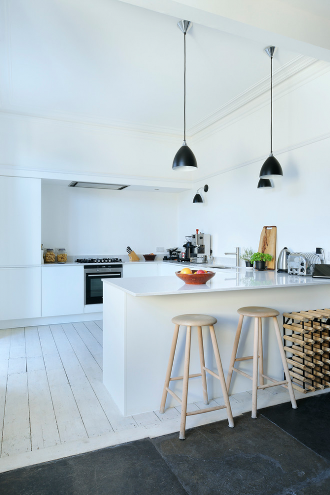Современная кухня с барными стульями из натурального дерева