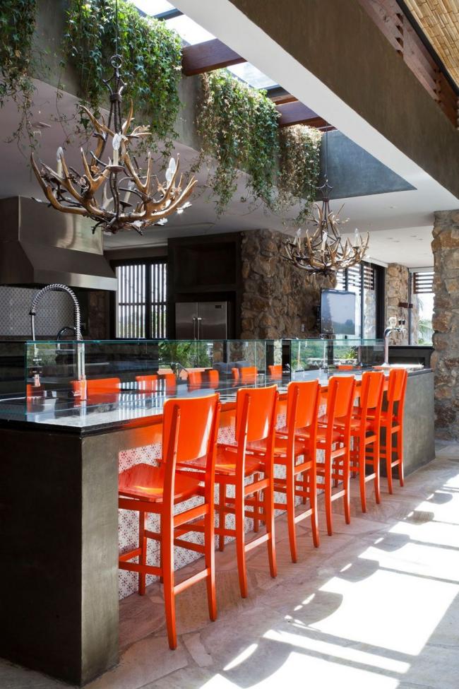 Оранжевые барные стулья сделают контрастным интерьер вашей кухни