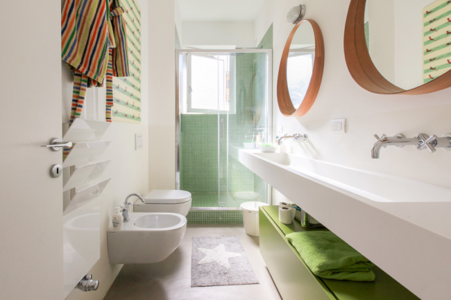 Подвесная конструкция в узкой ванной комнате