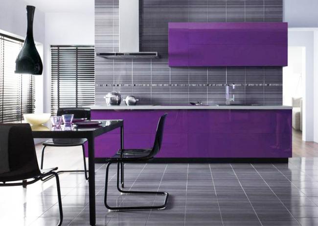 Благодаря отражающей способности, темно-фиолетовый фасад отлично вписывается в серое окружение кухни