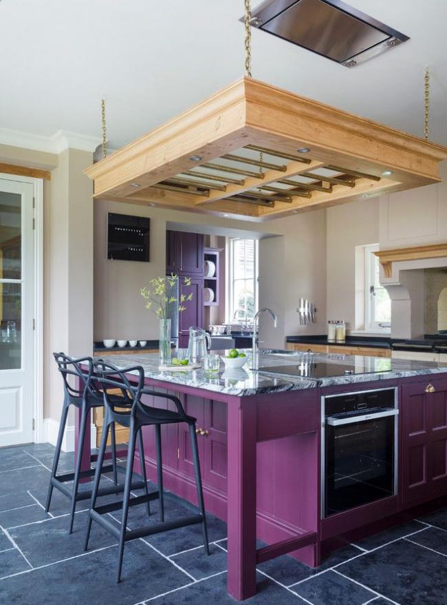 Кухонный остров стал цветовым акцентом помещения