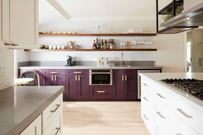Просторная светлая кухня с акцентами теплого баклажанового цвета не оставит вас равнодушными