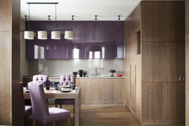 Чтобы не перенасытить помещение яркими красками, для противовеса используют матовые фасады кухни