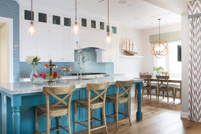 Кухня дополнена различными цветами с помощью растений и мебели